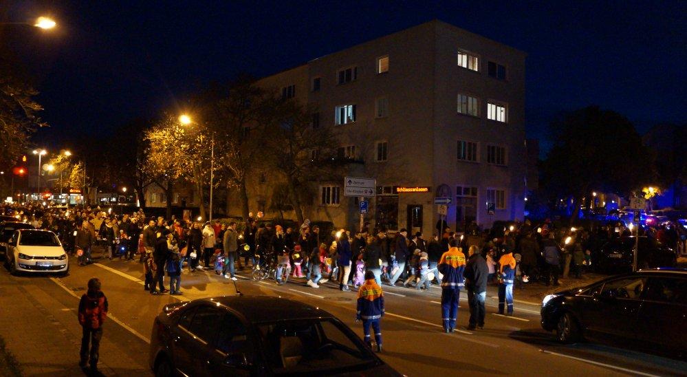 mit Fackeln oder Laterne gehen vom Ostseestadion zum Sportplatz Rote Erde im Hansaviertel Rostock