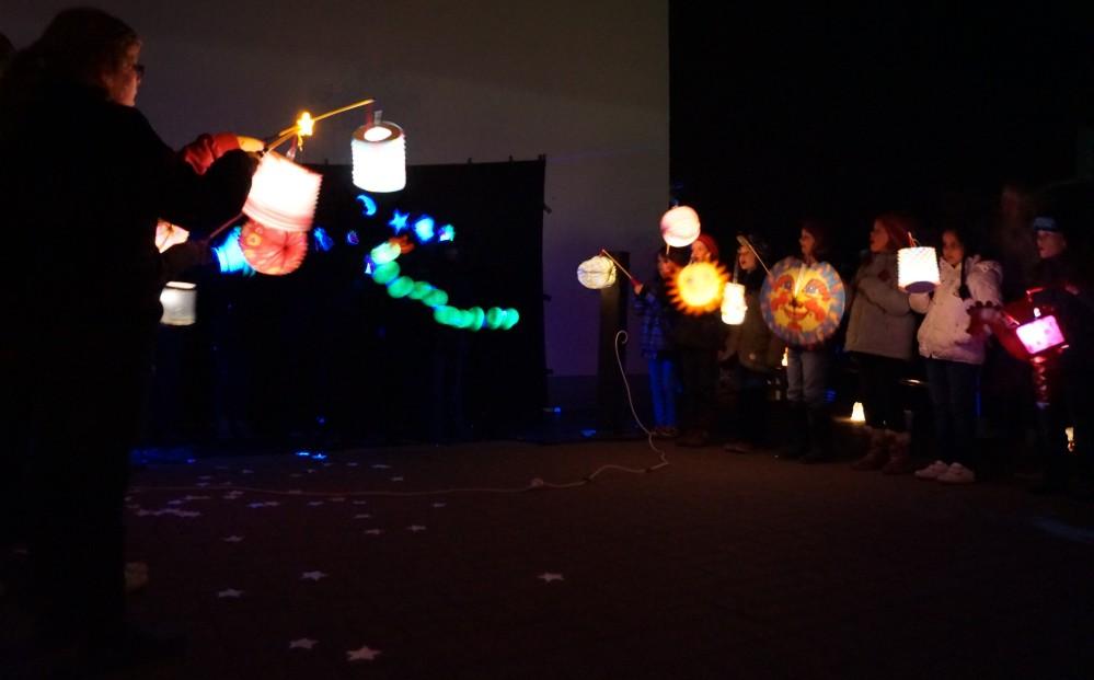 Schwarzlicht-Theater beim Glühwürmchenfest des Hort Buchenberg in Bad Doberan