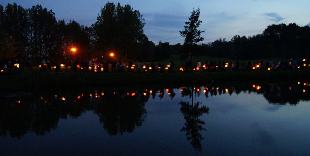 Rundgang des Lampionumzug Evershagen / Lütten Klein um den Teich im Fischerdorf
