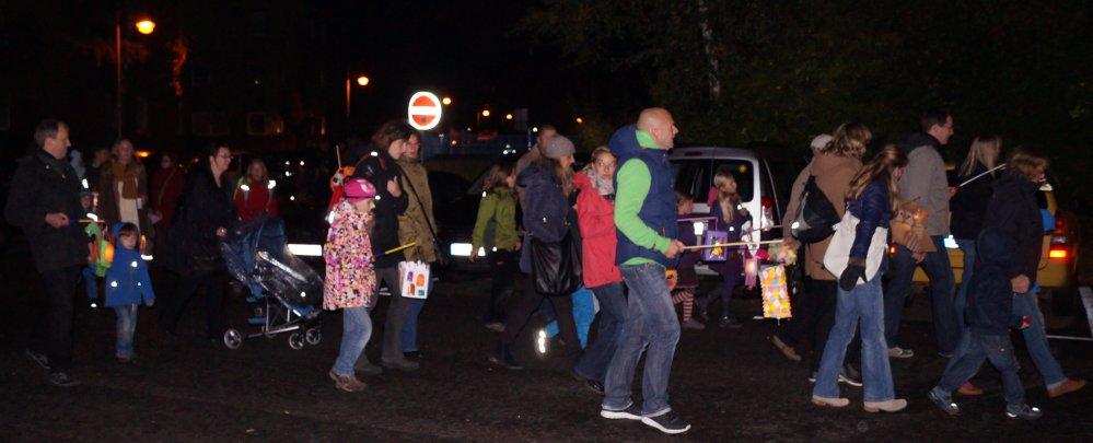 Laterne gehen mit der Kindertagesstätte Spielkiste um den Thomas-Müntzer-Platz in der Rostocker KTV