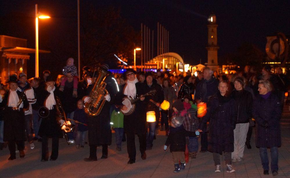 Martinsumzug in Rostock - Warnemünde von der Kirche zum Kurhaus