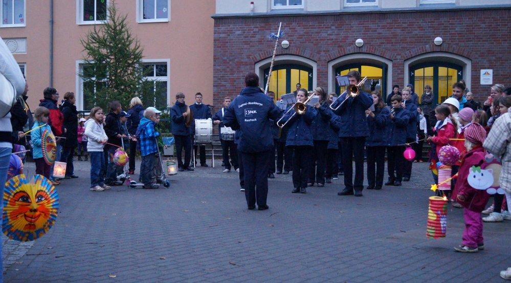Laternenumzug mit dem Jugendmusikkorps Rostock an der Türmchenschule Reutershagen
