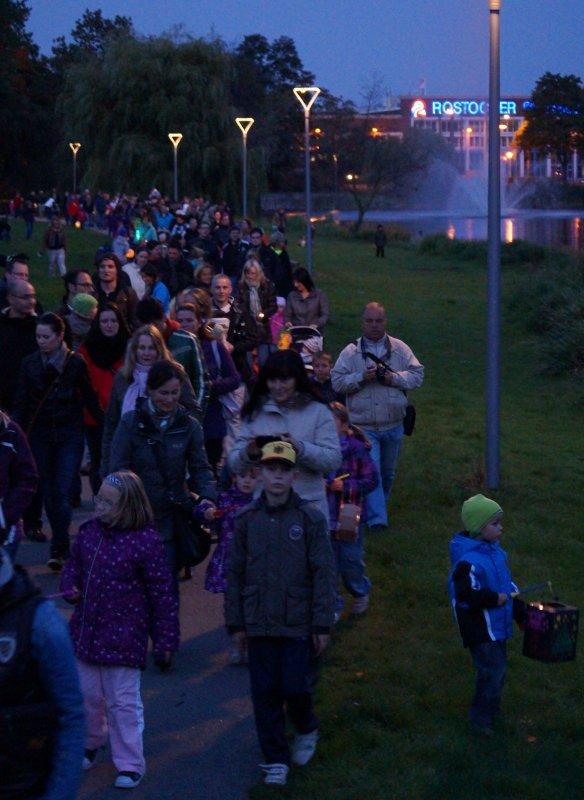 Laterne gehen vom Wiener Platz zum Schwaneneteich in Rostock - Reutershagen